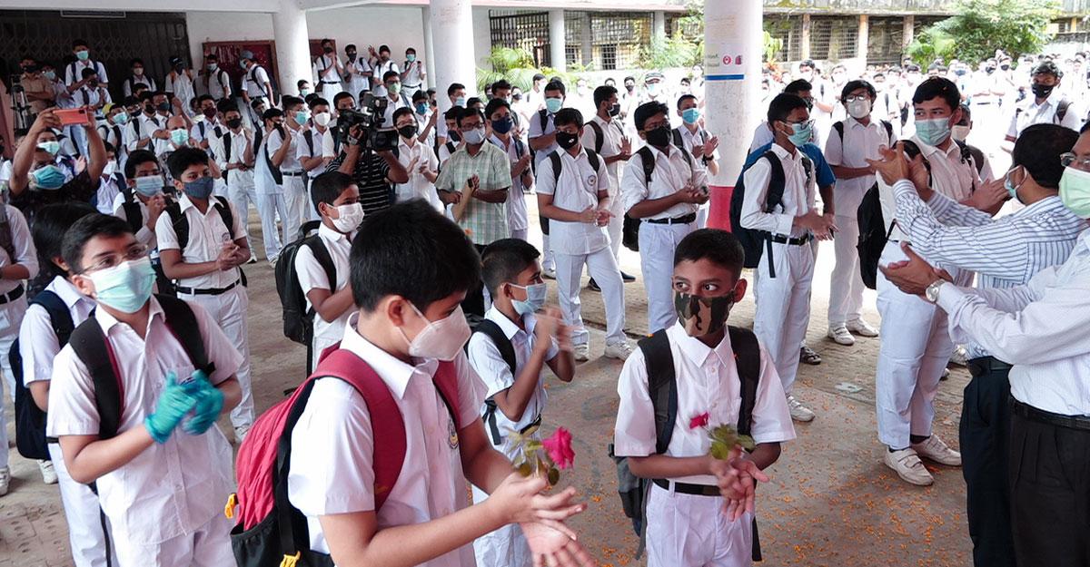 চট্টগ্রামে শিক্ষার্থীদের ফুল দিয়ে বরণ