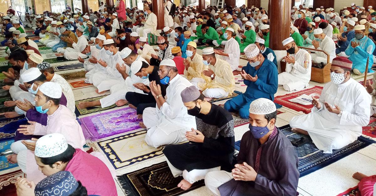 খুলনার ৩৭৪৮ মসজিদে ঈদের জামাতে মুসলিম উম্মাহর শান্তি কামনা