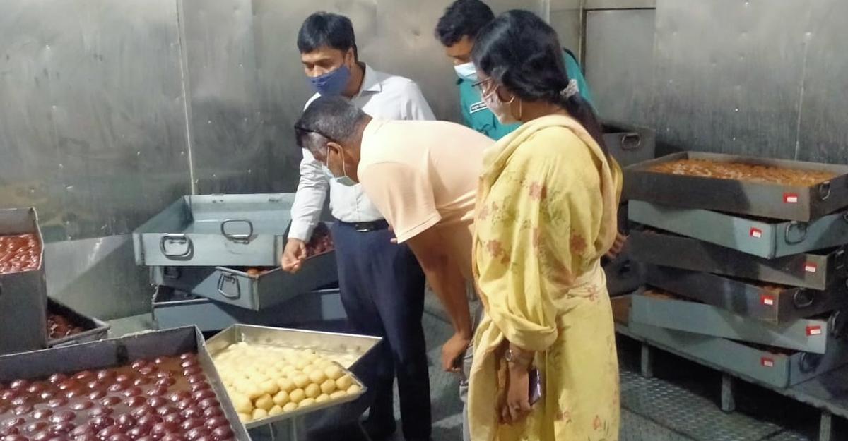 ভাগ্যকুলের মিষ্টিতে পোকা, সানমুন চাইনিজে বাসি খাদ্য
